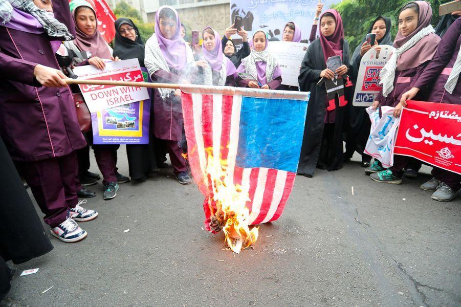 Les Iraniens devantl'ex-ambassade américaine, à Téhéran.