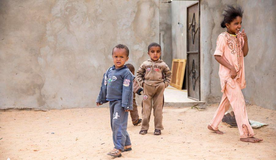 Des enfants touareg dans le pauvre village d'Isseyan, dans la région du Ghat.