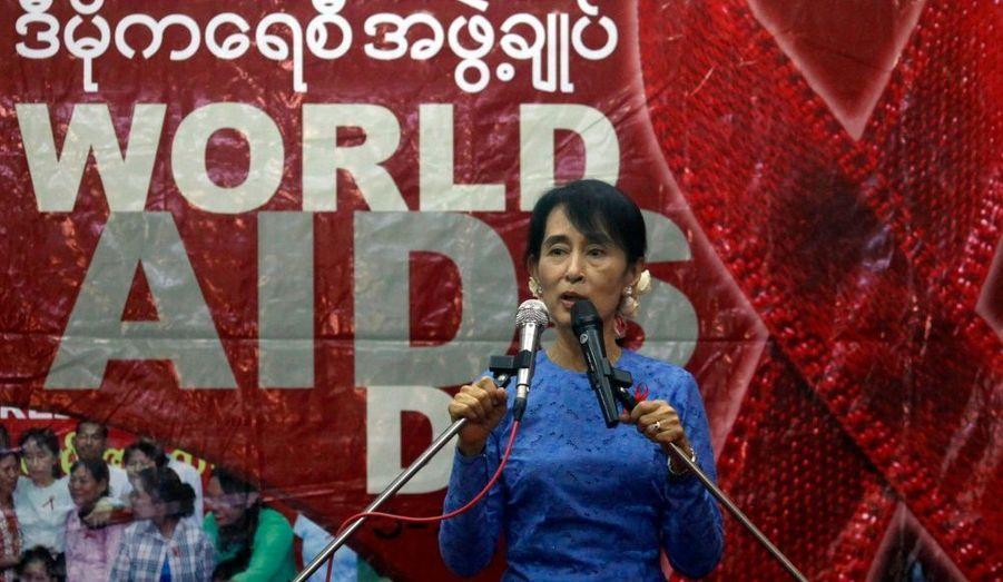 L'opposante birmane a pris la parole lors d'une cérémonie pour marquer la journée internationale du Sida, devant de nombreux patients séropositifs venus l'écouter.