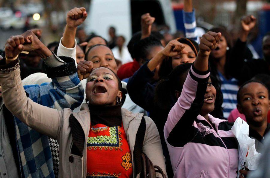 L'inquiétude grandit à mesure que les jours passent et que Nelson Mandela est toujours hospitalisé à Pretoria suite à une énième rechute de son infection respiratoire. Le premier président de l'Afrique du Sud post-apartheid est entouré de sa famille en ce moment difficile. Sa petite-fille Zaziwe, sa filleMakaziwe, sa belle-fille Jozina Machel, ou encore son ex-femme Winnie, se sont notamment rendus à son chevet. Mais aussi l'archevêque du Cap, chef de l'église anglicane en Afrique australe, Thabo Makgoba. Des partisans de Madiba ont pour leur part chanté devant l'hôpital, pour lui souhaiter bon rétablissement. Les parents proches du héros africain de 94 ans se sont ensuite rassemblés dans sa maison de Qunu mardi matin. Son état de santé est toujours considéré comme «critique mais stable». Mais ses proches organiseraient déjà son enterrement. Le petit fils du nonagénaire, Mandla Mandela, se serait disputé avec le reste de la famille car il souhaiterait que Madiba soit enterré dans son village natal, Mvezo, tandis que les autres veulent respecter sa volonté de reposer dans le caveau familial à Qunu –où il a grandi.