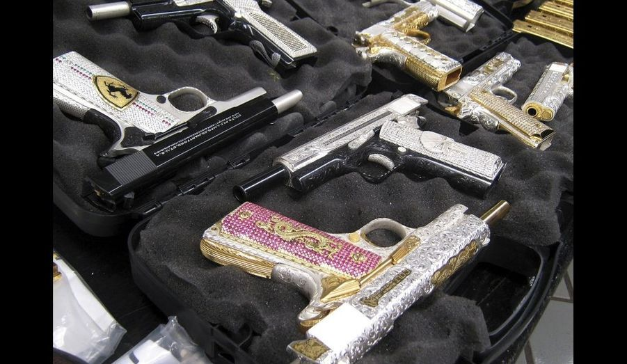 Pistolets plaqués or ou argent, ou à l'effigie de marques