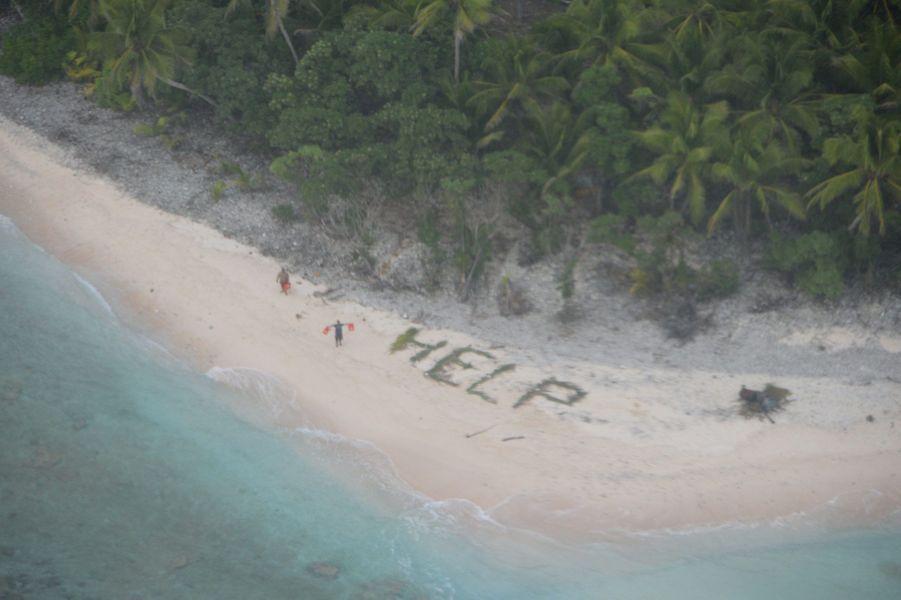 """C'est l'équipage d'un Boeing P-8A Poseidon qui a repéré le mot """"Help"""" écrit sur le sable"""