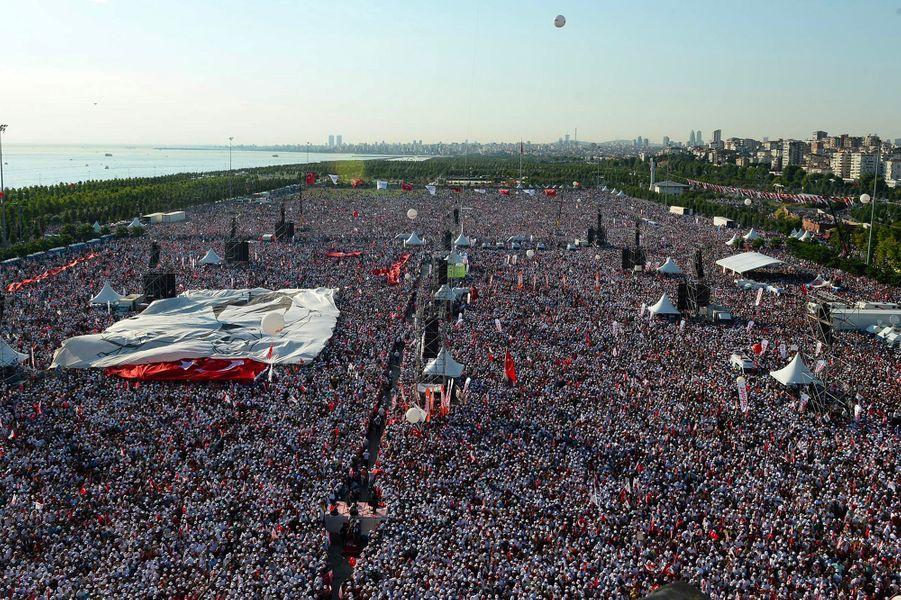 La foule s'étalait sur une grande esplanade en bord de mer.