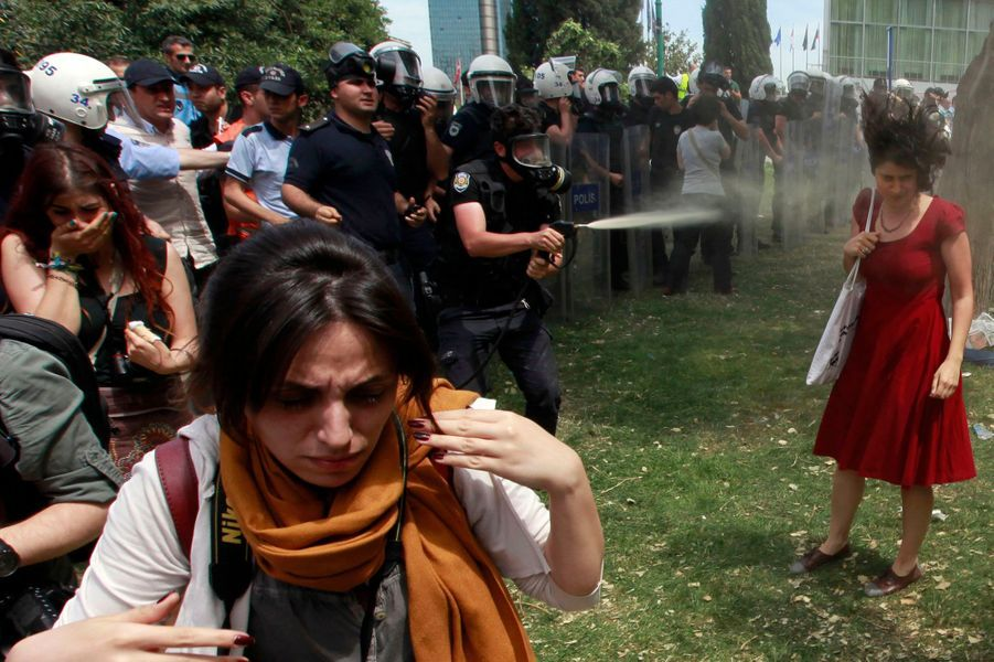 Tout a commencé lundi, lorsque des arbres ont été abattus dans le parc Gezi, situé sur la place Taksim, à Istanbul, pour faire place à un projet d'urbanisme. Les habitants en colère ont tenté de s'y opposer, comme ici, mardi, mais les policiers n'ont pas hésité à utiliser abondamment leurs gaz lacrymogènes.