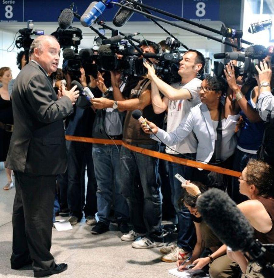 Le secrétaire d'Etat aux Transports, Dominique Bussereau, s'est rapidement rendu au PC de crise activé à l'aéroport de Roissy Charles de Gaulle pour suivre au plus près l'évolution de la situation. Il a déclaré que l'Airbus A310 qui s'est abimé avait fait l'objet d'un contrôle en France en 2007, au cours duquel des défauts avaient été constatés.