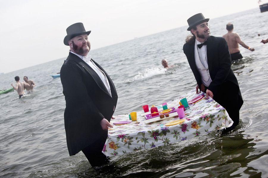 En costumes, ces deux hommes apprêtés participent à la baignade annuelle du Coney Island Polar Bear club qui attirent chaque année des milliers de participants, à Brooklyn (États-Unis).