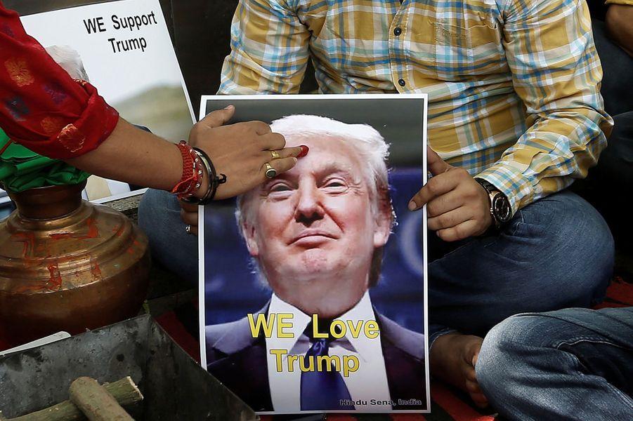 Les membres du parti nationaliste indien Hindu Sena ont prié pour la victoire de Donald Trump, le 11 mai 2016 à New Delhi.