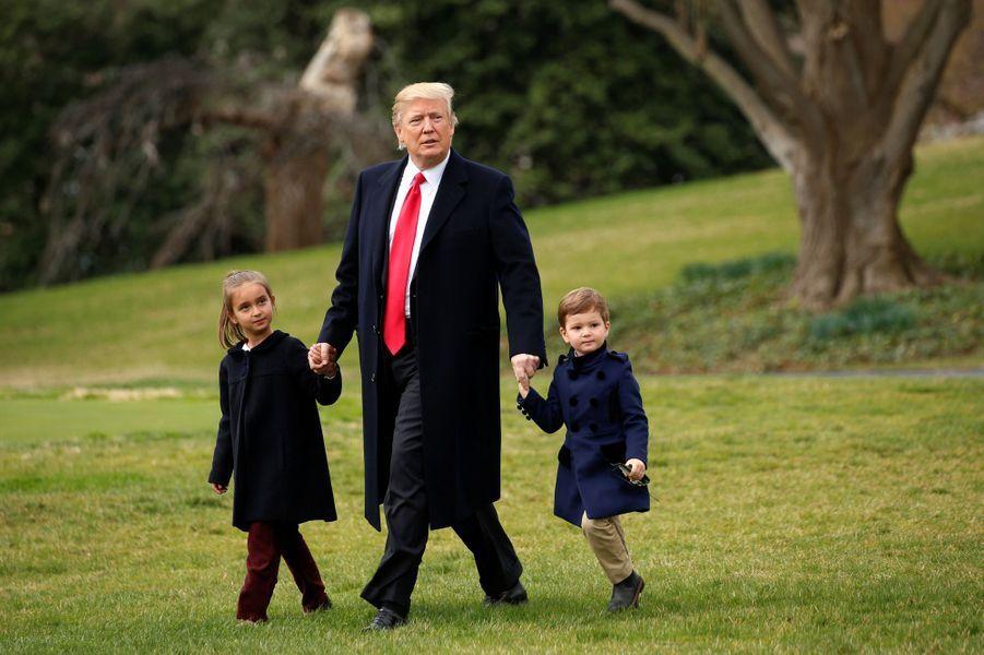Donald Trump quittant la Maison Blanche avec ses petits-enfants Arabella et Joseph Kushner, le 3 mars 2017.