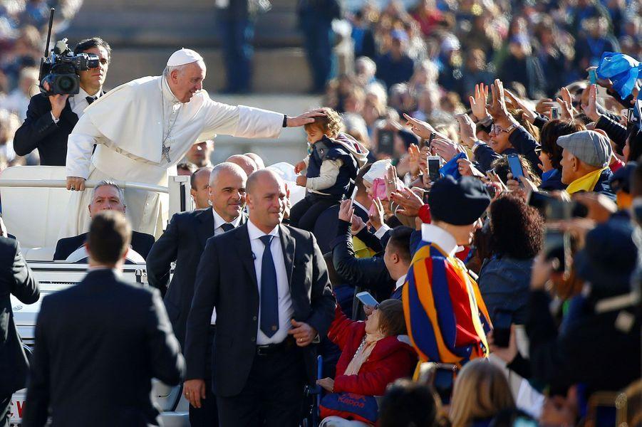 Environ 100 000 personnes étaient réunies samedi au Vatican pour célébrer Jean-Paul II