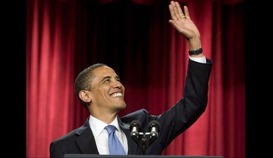 Le président américain salue la foule après son discours.