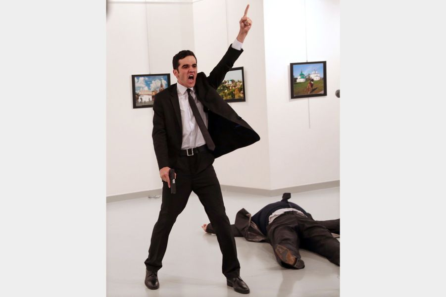 World Press Photo of the Year : An Assassination in Turkey, par Burhan Ozbilici.