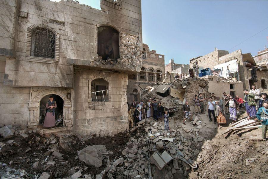 A Sanaa, la capitale, dur réveil après une frappe nocturne. Le 11 novembre, près du ministère de la Défense, on découvre les destructions et on scrute le ciel.