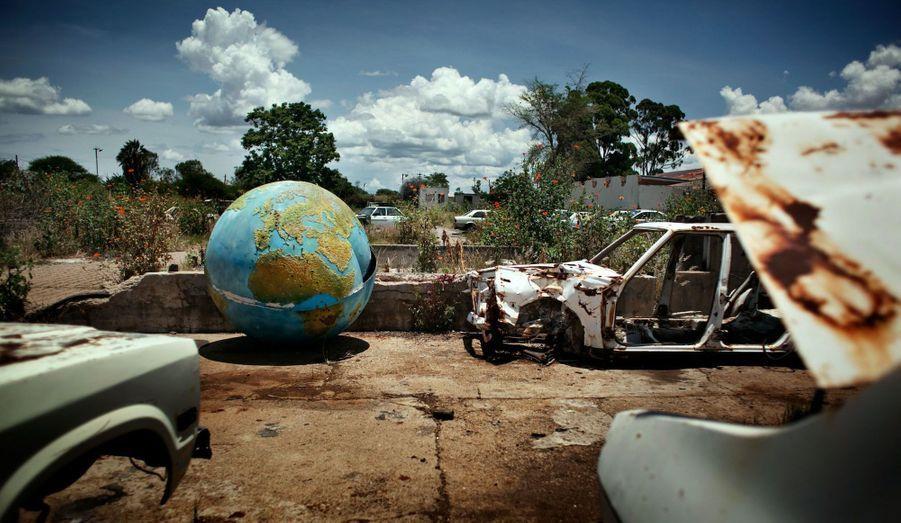 À Bulawayo, la Cold Storage Commission (Commission d'entreposage frigorifique) s'occupait de l'abattage et du débitage du boeuf pour l'exporter ensuite en Europe. Le Zimbabwe bénéficiait autrefois d'une telle richesse agricole qu'on le surnommait la « corbeille à pain » du sud de l'Afrique. Désormais, de nombreux habitants dépendent de l'aide alimentaire pour se nourrir. Beaucoup attribuent la baisse drastique de sa productivité agricole à la politique de redistribution des terres, qui a conduit à l'abandon de fermes jadis productives.