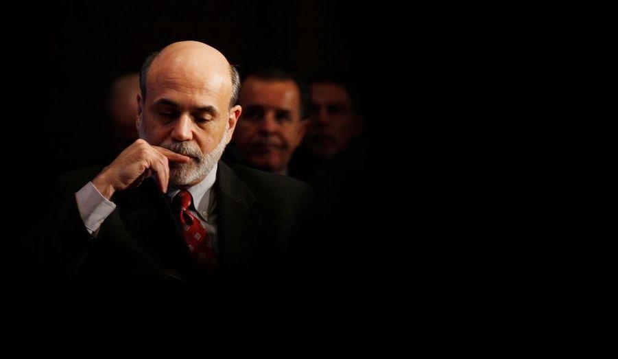 """Le magazine Time a élu mercredi le président de la Réserve fédérale Ben Bernanke personnalité de l'année 2009. """"La récession a été le fait marquant de l'année. Sans Ben Bernanke (...) ses effets auraient été bien pires"""", déclare dans un communiqué Richard Stengel, directeur de la publication du magazine américain. Le mandat de quatre ans de Ben Bernanke à la tête de la Réserve fédérale arrive à expiration le 31 janvier. La commission bancaire du Sénat doit se prononcer jeudi sur la décision du président Barack Obama de lui accorder un deuxième mandat."""