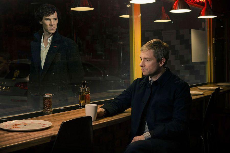 """La troisième saison de «Sherlock», avec Benedict Cumberbatch et Martin Freeman, a fait un retour triomphal sur les écrans anglais le 1erjanvier.Cette création signée par la BBC est l'une des adaptations les plus fidèles aux romans sur les aventures du célèbre détective, tout en étant l'une des versions les plus originales jamais réalisées. Le scénario sans faute de Steven Moffat, quoique parfois un peu dur à suivre, et le jeu de Benedict Cumberbatch et Martin Freeman, duo virtuose et """"So"""" divertissant, portent les aventures du détective à leur plus haut niveau. Sherlock Holmes vit désormais dans le Londres du XXIème siècle, se colle des patches pour arrêter de fumer et est accro à son smartphone. De ses anciennes vies, ce nouveau Sherlock 2.0 n'a gardé comme signe distinctif que le Deerstalker, ce chapeau de chasseur typiquement anglais, qu'il a rendu célèbre. Aussi génial que socialement décalé, il n'a pas peur de se salir les mains, rampe sur le sol à la recherche du moindre indice, renifle et maltraite les cadavres.On regrette que le temps d'attente soit aussi long entre chaque saison qui ne comportent chacune que trois épisodes.Diffusée sur France 2 et France 4.<center><iframe width=""""560"""" height=""""315"""" src=""""//www.youtube.com/embed/9UcR9iKArd0"""" frameborder=""""0"""" allowfullscreen></iframe></center>"""