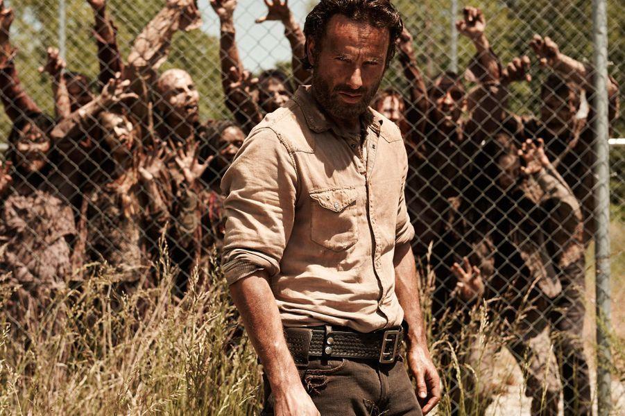 """La cinquième saison de la série apocalyptique d'AMC diffusée depuis octobre dernier s'annonce beaucoup plus palpitante que la quatrième. Habitués à tuer les zombies, les survivants sont désormais en guerre avec un groupe de cannibales. Le dernier épisode de 2014 s'est terminé par la mort choquante d'un des personnages principaux. Les fans devront patienter jusqu'à février prochain pour voir comment le groupe de Rick surmontera ce deuil.Diffusée sur OCS choc et NT1.<center><iframe width=""""560"""" height=""""315"""" src=""""//www.youtube.com/embed/j4GAs9TJVjM"""" frameborder=""""0"""" allowfullscreen></iframe></center>"""
