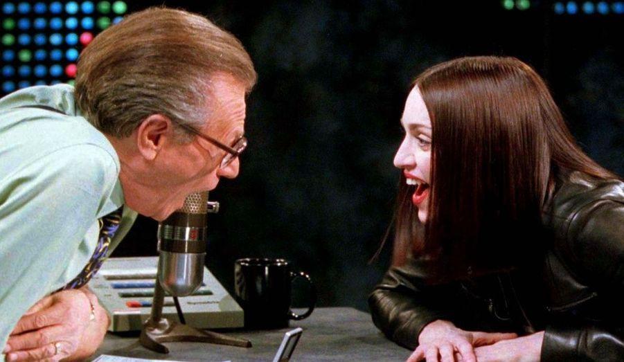 La chanteuse et actrice était en plein fou rire avec Larry King sur le plateau du talk-show de CNN à New York le 18 janvier 1999. Ils ont parlé de la vie et de l'amour et des raisons pour lesquelles sa fille n'avait pas le droit de regarder la télévision.