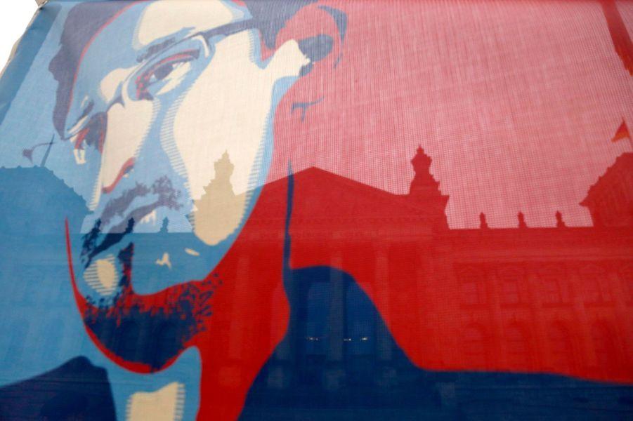 Ancien employé de la NSA, Edward Snowden a levé le voile sur un scandale d'ampleur mondiale en révélant les méthodes d'espionnage à grande échelle de l'agence américaine. Considéré comme un criminel par son propre pays, il est célébré en héros par les défenseurs de la vie privée.Notre reportage dans l'Utah, où l'Amérique espionne le monde