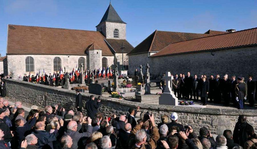 Une foule attendait le président à la sortie du cimetière de Colombey, où Nicolas Sarkozy a vu la tombe du Général de Gaulle.