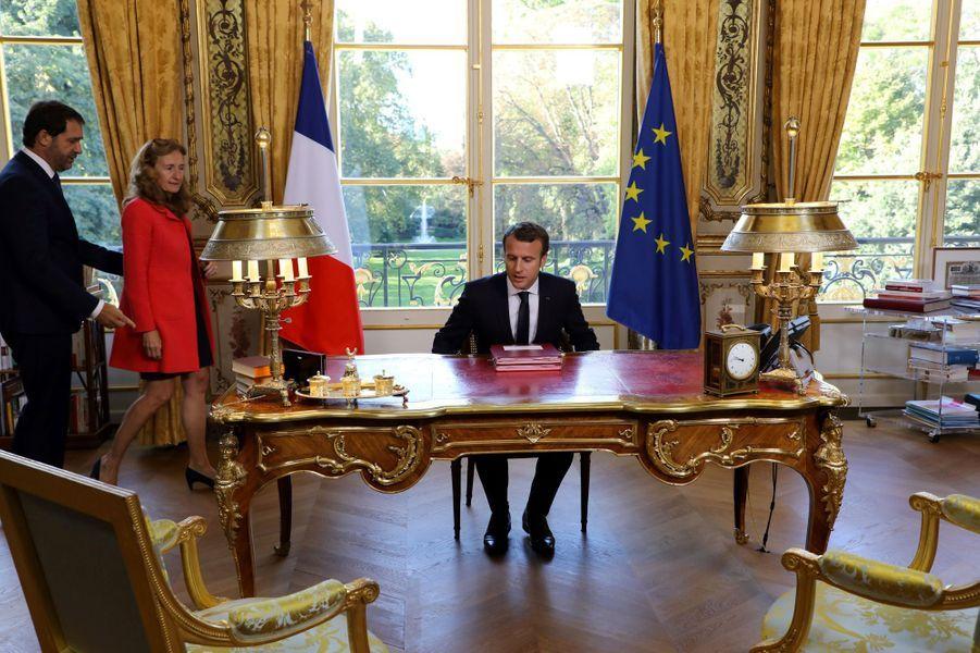 Depuis son bureau à l'Elysée, Emmanuel Macron a signé les deux lois de moralisation de la vie politique.A ses côtés se tenaient, debout, Nicole Belloubet et Christophe Castaner.