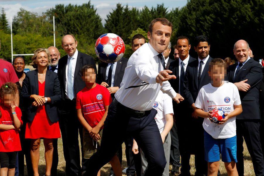 Emmanuel Macron, ballon en main, avec les enfants de la base de loisirs de Moisson dans les Yvelines.