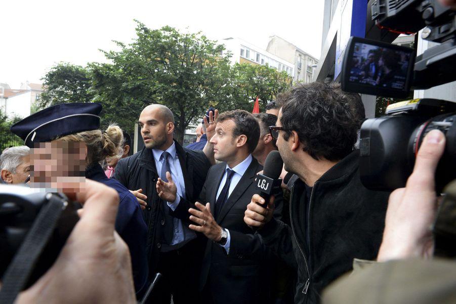 A Montreuil, Macron accueilli par des jets d'oeufs