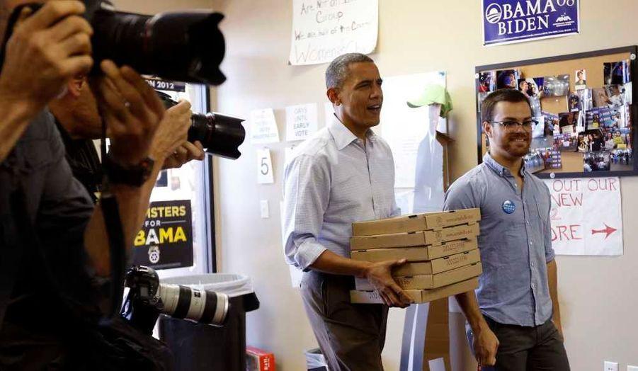 Obama offrant des pizzas aux bénévoles de son bureau de campagne à Henderson, juste à côté de Las Vegas, dans le Nevada.