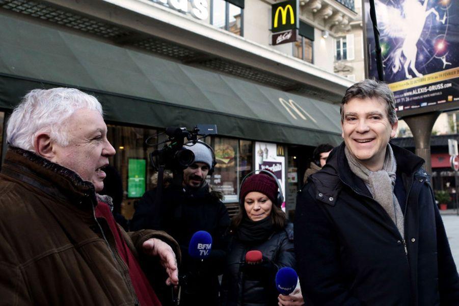 Arnaud Montebourg et Gérard Filoche se rendent auprès des salariés d'un restaurant McDonald's de Paris.