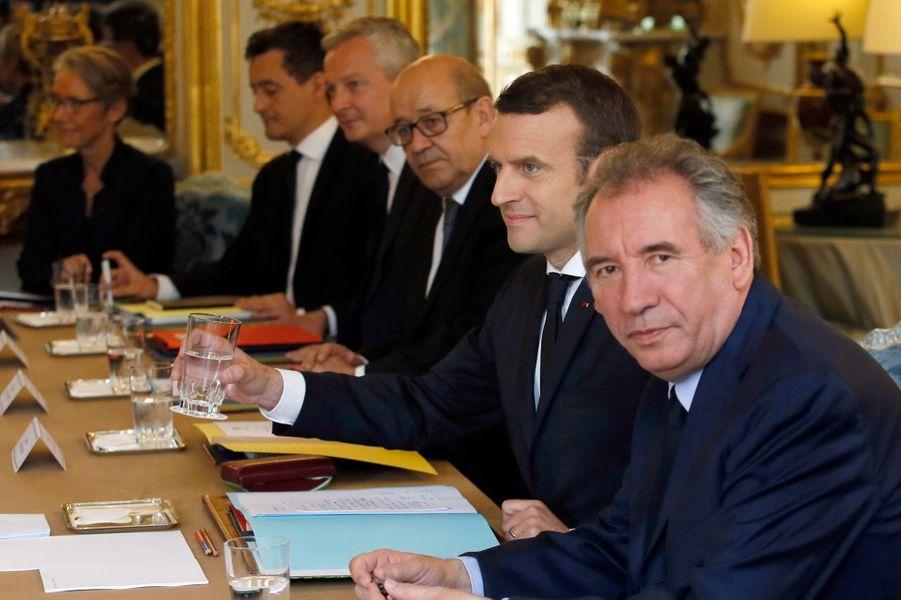 A la table du Conseil des ministres.