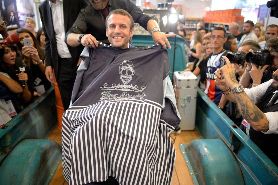 Emmanuel Macron se fait raser la barbe au Salon de la coiffure.