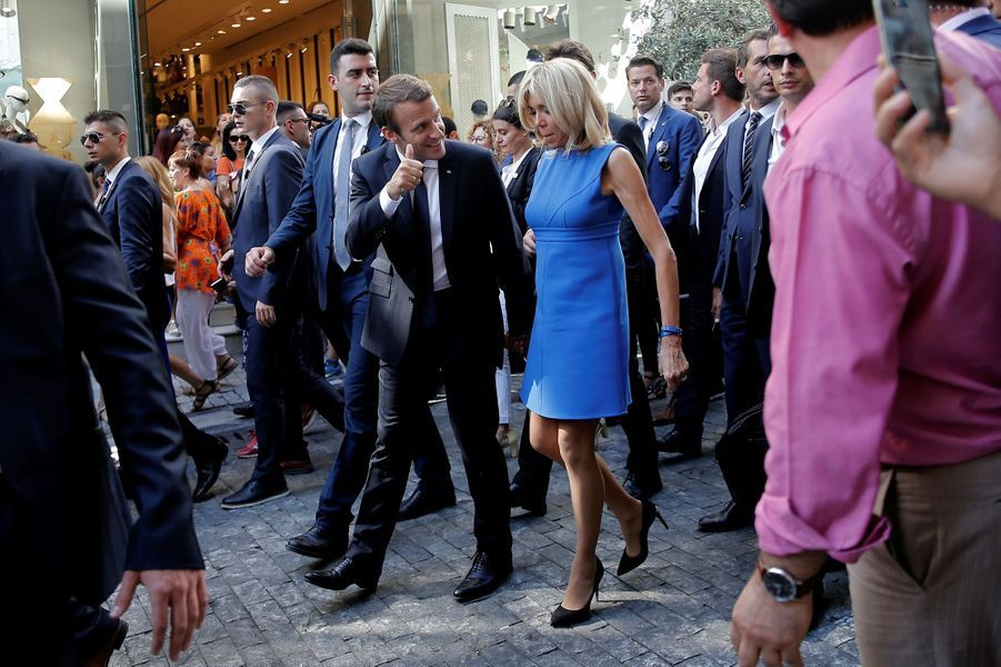 Emmanuel et Brigitte Macron, vendredi après-midi dans les rues d'Athènes.