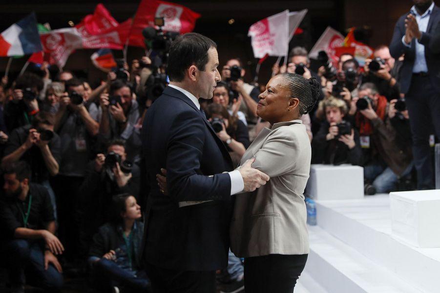 Une semaine après sa victoire à la primaire PS élargie, Benoît Hamon a été investi dimanche par un parti socialiste à Paris