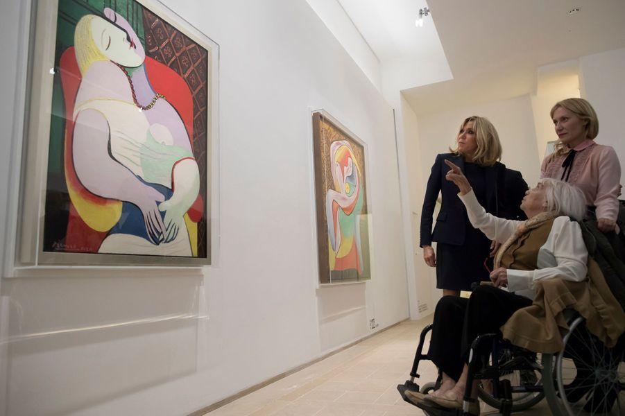 """Brigitte Macron et Maya Picasso, fille de Pablo Picasso, lors de la visite de l'exposition """"Picasso : 1932, année érotique""""."""