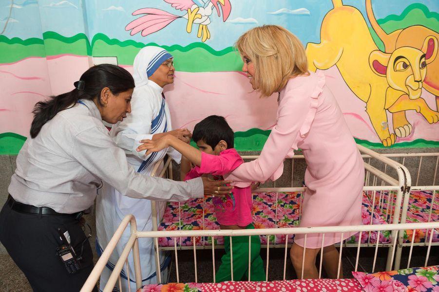 Brigitte Macron dans un orphelinat de New Delhi, le 10 mars 2018.