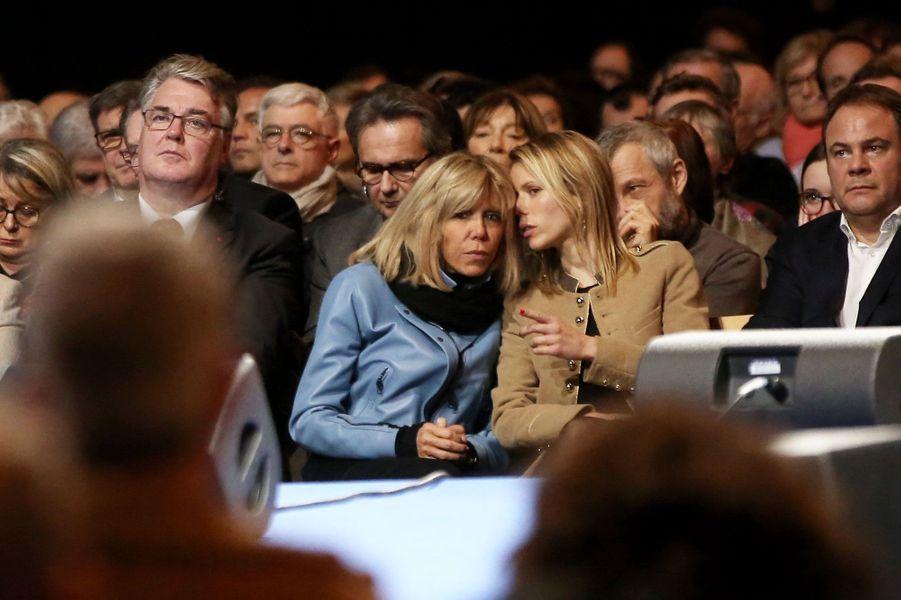 Brigitte Macron et sa fille Tiphaine Auzière, assises aux côtés de Jean-Paul Delevoye(Président du Conseil économique, social et environnemental) et deLaurent Degallaix (député et maire UDI de Valenciennes).
