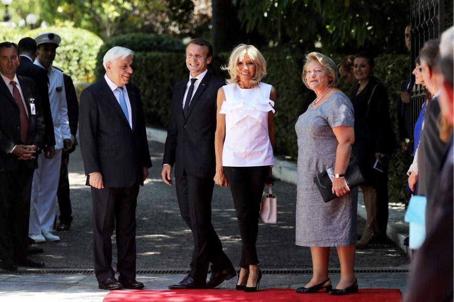 Prokopis Pavlopoulos, président de la République hellénique, et Vlasia Pavlopoulou accueillent jeudi à AthènesEmmanuel et Brigitte Macron.