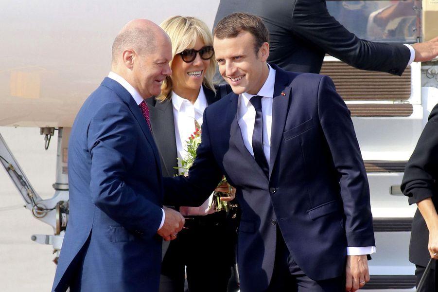 Emmanuel et Brigitte Macron arrivent à Hambourg.