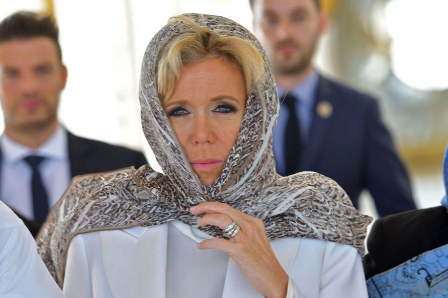 Brigitte Macron porte un foulard durant la visite de la mosquée Cheikh Zayed, à Abou Dabi.
