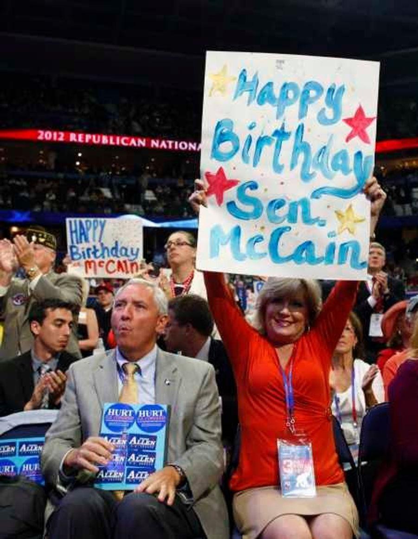 Une partisane souhaitant bon anniversaire au sénateur de l'Arizona, John McCain, qui soufflait ses 76 bougies mercredi soir.