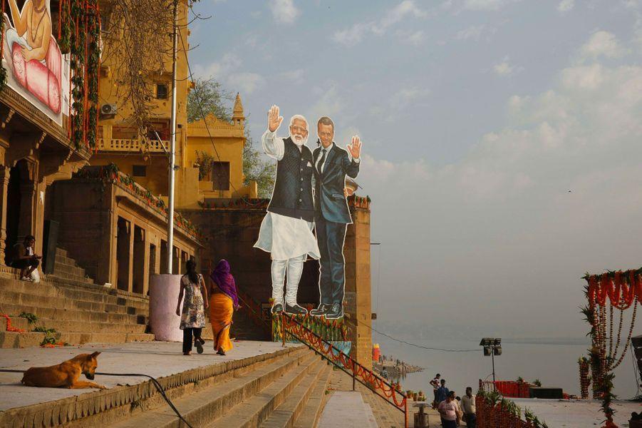 Portraits géants d'Emmanuel Macron et Narendra Modi, sur les rives du Gange à Bénarès, lundi.