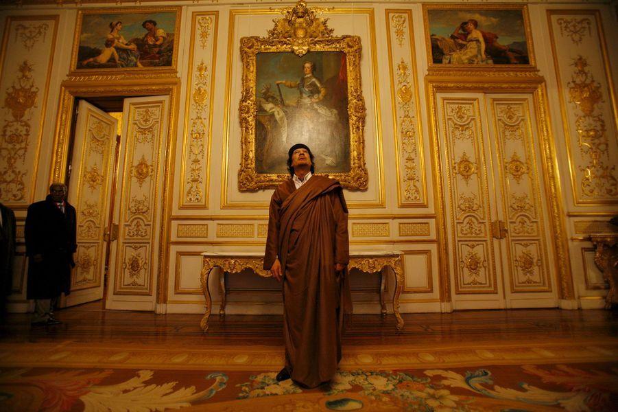 10 décembre 2017. Mouammar Kadhafi vient d'arriver à Paris, il est 16h30. Il est ébloui par le salon de réception de l'hôtel Marigny et ses grands portraits équestres. Il passera la nuit au premier étage.