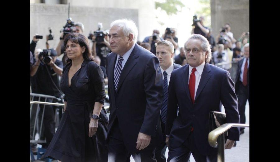 Dominique Strauss-Kahn, suivi de l'un de ses avocats, Benjamin Brafman