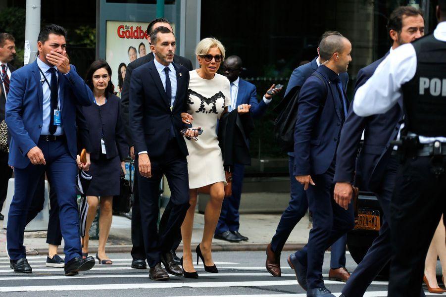 Brigitte Macron, accompagné de Pierre-Olivier Costa son directeur de cabinet,se rend à pied au siège de l'ONU pour écouter le discours de son époux devant l'Assemblée générale.