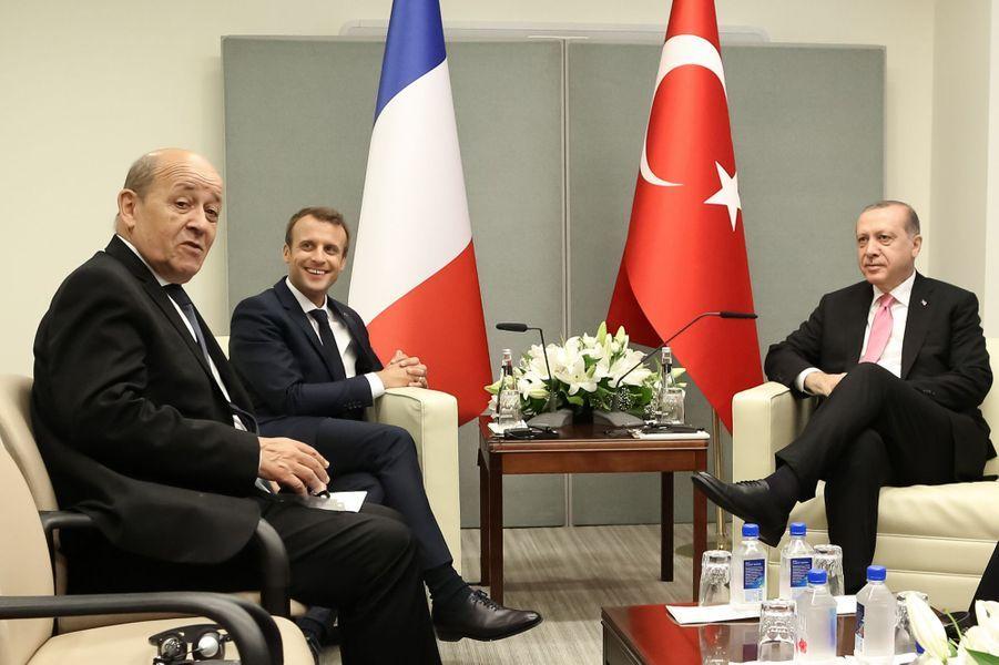 Le président Emmanuel Macron, accompagné de Jean-Yves Le Drian, rencontre le président de la Turquie Recep Tayyip Erdogan.