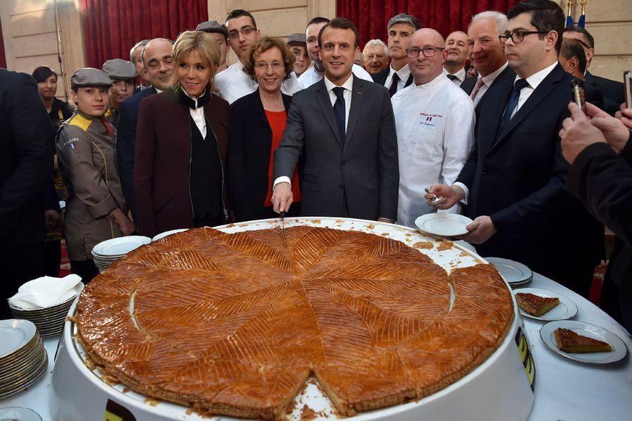 Emmanuel Macron découpe la galette des rois de l'Elysée, vendredi 12 janvier