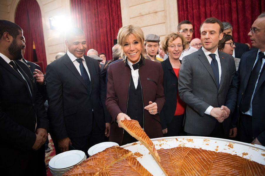Brigitte Macron découpe la galette des rois de l'Elysée, vendredi 12 janvier