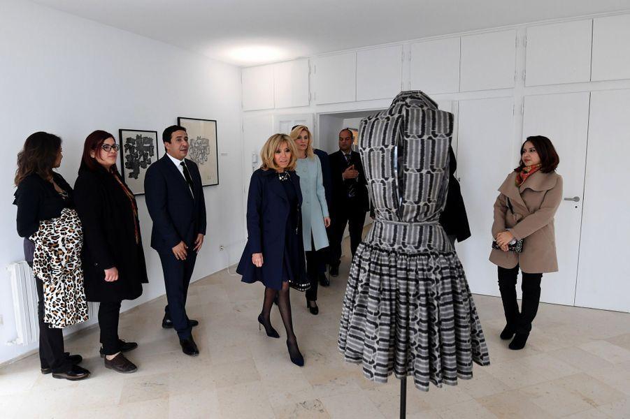 Brigitte Macron visite, en compagnie d'Hela Chahed l'épouse du Premier ministre tunisien, la villa du couturier Azzedine Alaïa, à Sidi Bou Saïd.