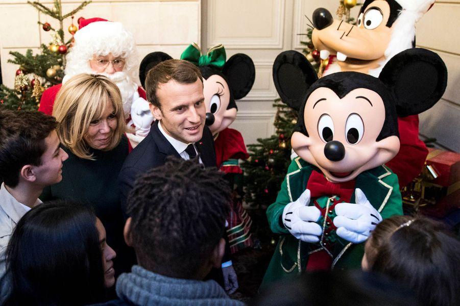 Emmanuel et Brigitte Macron fêtent Noël à l'Elysée avec plus de 500 enfants, Minnie et Mickey.