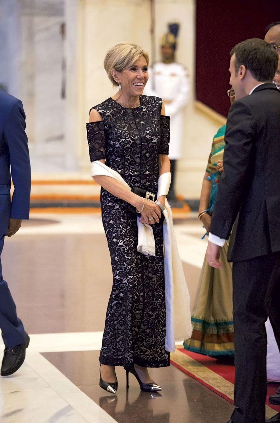 Emmanuel et Brigitte Macron arrivent pour le dîner de l'Alliance solaire internationale, au palais présidentiel, le 10 mars.