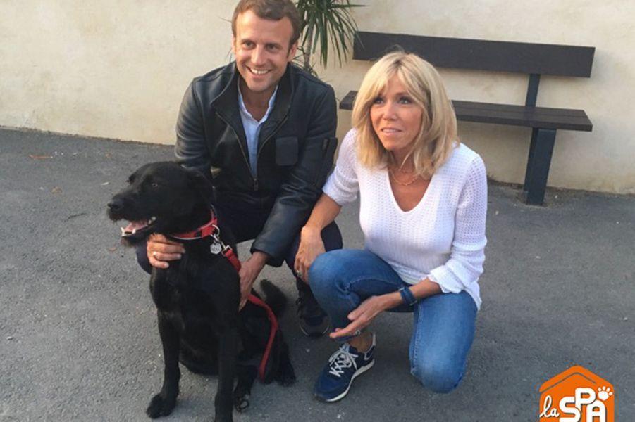 Emmanuel et Brigitte Macron, en compagnie de Nemo, dimanche dans le refuge de la SPA, à Hermeray.